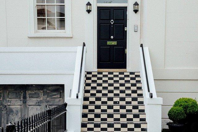 kostkované schody k domu