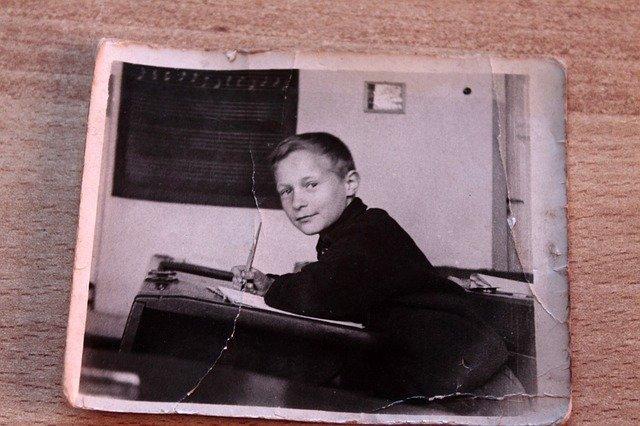 kluk ve třídě