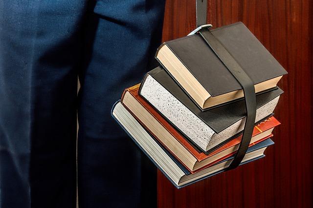 knihy v řemenu