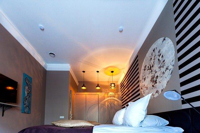 ložnice se zajímavou tapetou