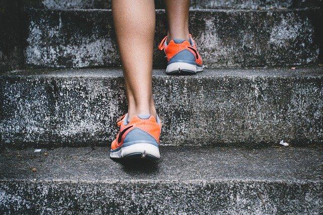 sportovní obuv na schodech