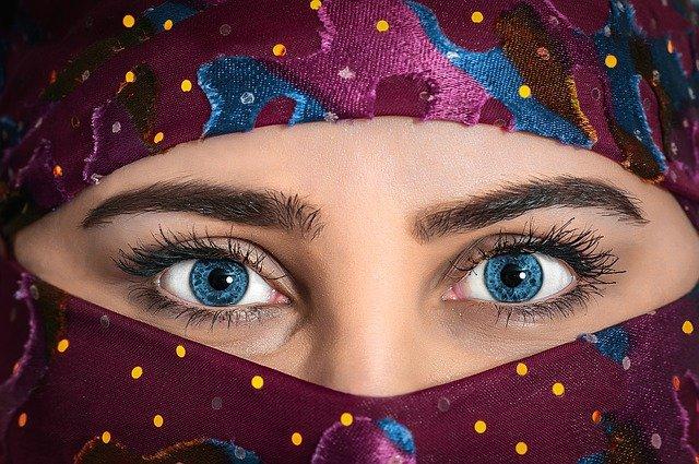 zahalený obličej