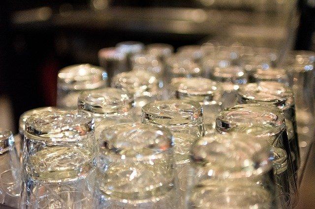 otočené sklenice