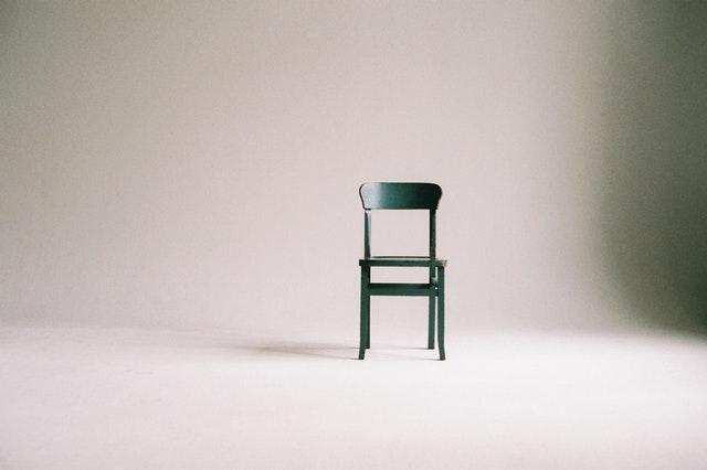 židle v prázdné místnosti.jpg