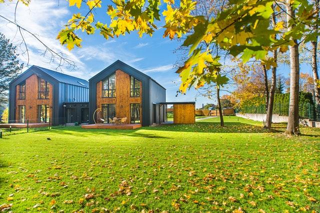 moderní dřevěné domy v zahradě