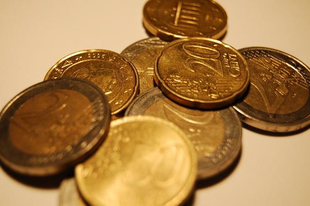 hromádka mincí položená na stole