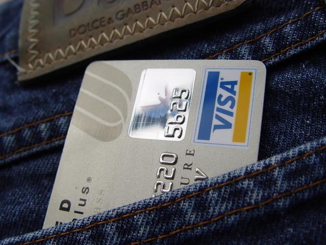 bankovní karta v kapse riflí